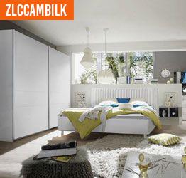 Camera moderna con letto in tessuto e armadio scorrevole bianco opaco